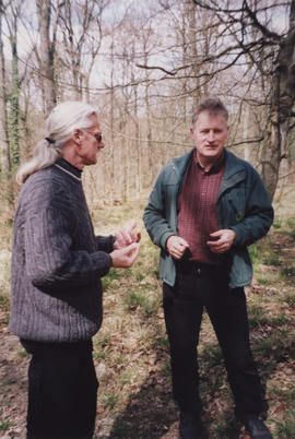 Photograph of artist Ingemar Thalin talking to a man in the vicinity of sculpture Life Cycle