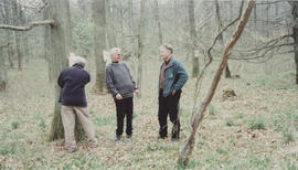 Photograph of Ingemar Thalin and others next to sculpture Life Cycle